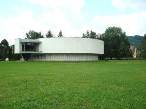 Budova centrálnej expozície Vojenského múzea vo Svidníku.